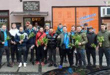 Photo of Kwiaty na Dzień Kobiet od piłkarzy AKS